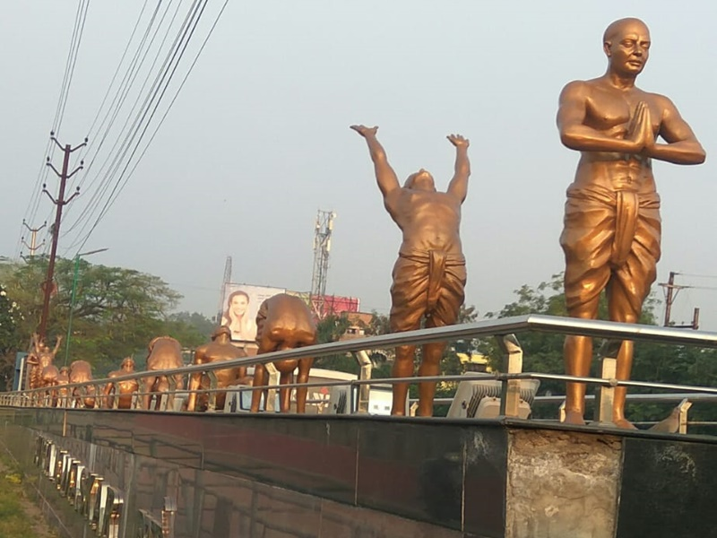 Raipur News: कोरोना योद्धा बनने की प्रेरणा दे रहे हैं योगियों की यह प्रतिमाएं, लोगों के लिए बड़ा संदेश