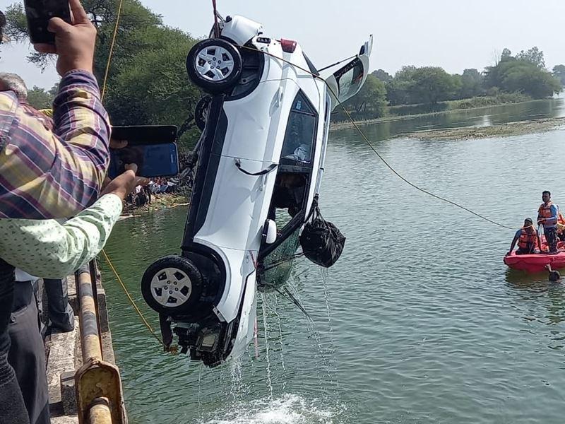 Ujjain Car Accident: चुंबक से खोज निकाली 35 फीट गहरे पानी में कार