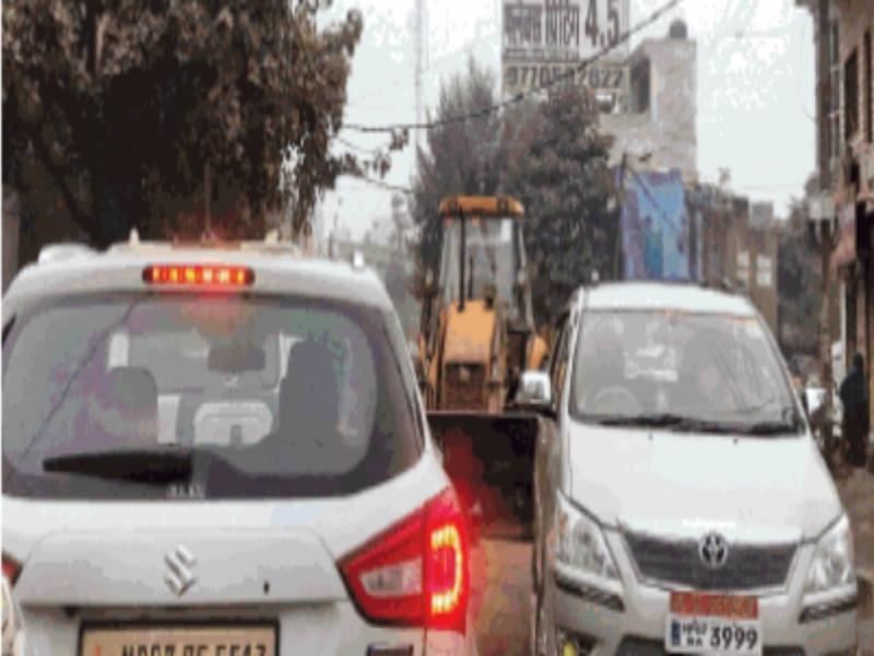 Gwalior Traffic News: निगम के काम से घंटों रेंगा ट्रैफिक, एक किमी तक कतार, नहीं आई पुलिस