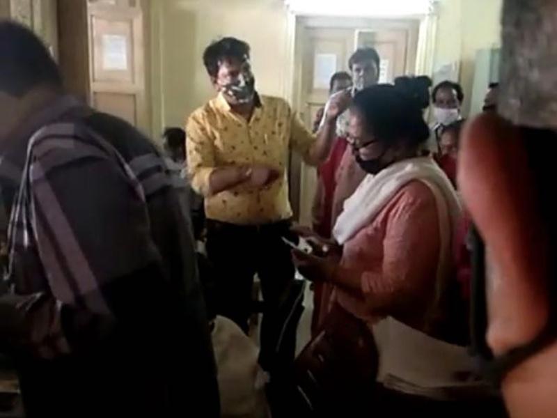 Covid Vaccination Indore: टीकाकरण केंद्र पर महिला नेत्री की दादागिरी, बुजुर्ग लाइन में होते रहे परेशान