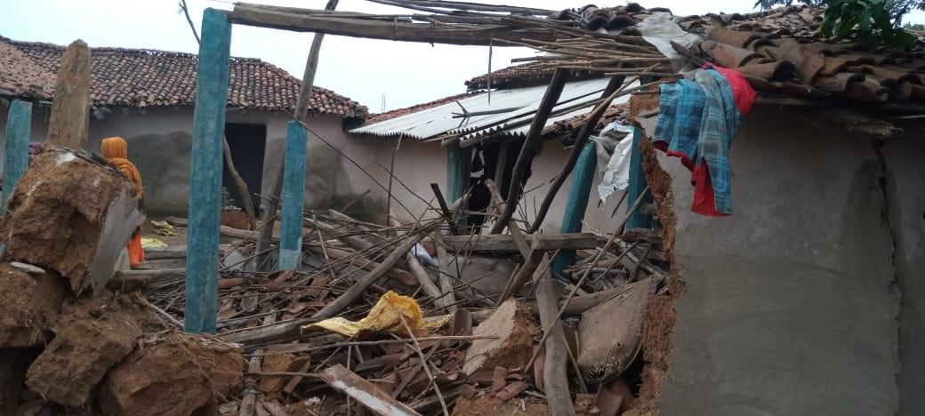 Ambikapur News: मैनपाट में हाथियों के दल ने उजाड़ दी बस्ती, घर का अनाज भी कर दिया चट