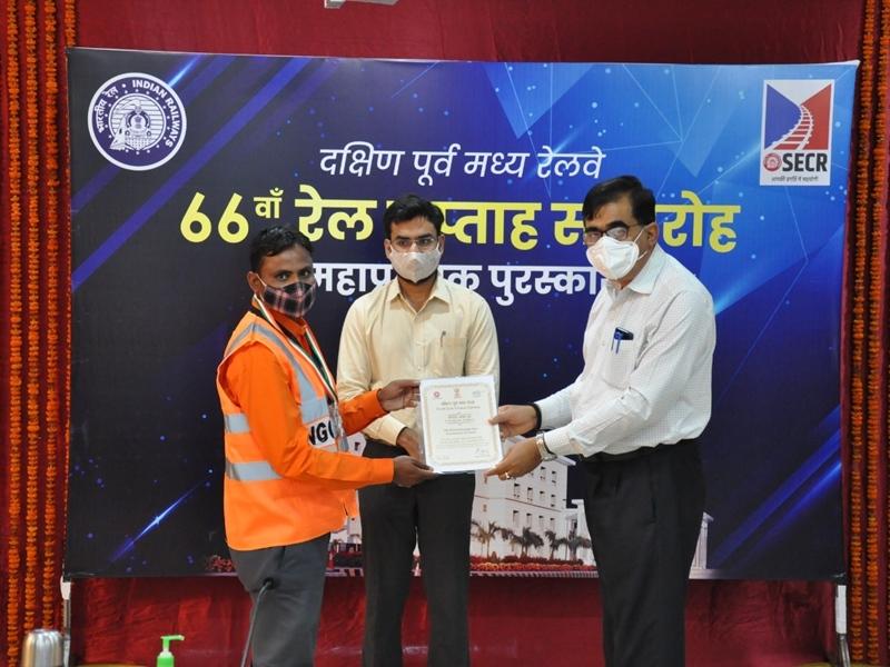 Award to Bilaspur Railway Division: बिलासपुर सबसे बेहतर रेल मंडल, स्टेशन को उत्कृष्ट रखरखाव शील्ड