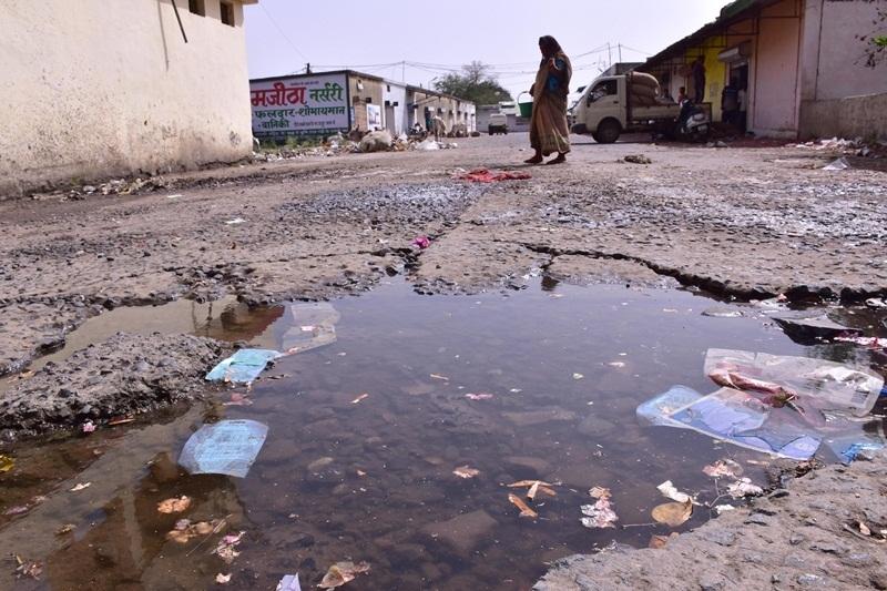 Jabalpur News : जर्जर सड़कों में भरा बारिश का पानी, चलने वालों की बिगड़ी चाल