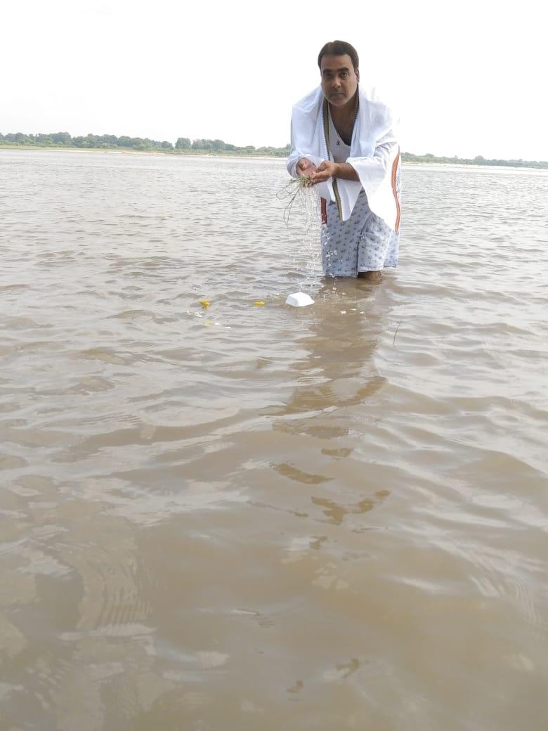Bilaspur News: पितृ पक्ष में पितरों का तर्पण करने नदी तालाब में पहुंच रहे आस्थावान