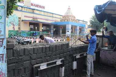 आरक्षण केंद्र के बाहर वाला पैदल गेट खोला दो दिन पहले बनाई दीवार हटाई