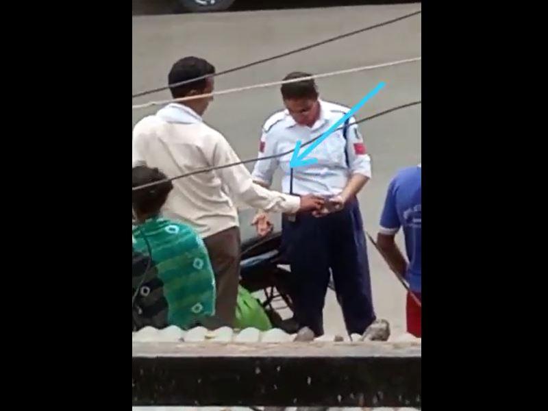 बैतूल में महिला यातायात पुलिसकर्मी का बाइक चालक से पैसे लेने का वीडियो वायरल