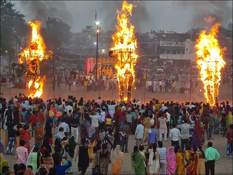 LIVE Dussehra News: आज सोमवार को भी हो रहे हैं रावण दहन के आयोजन, देखिये तस्वीरें और वीडियो