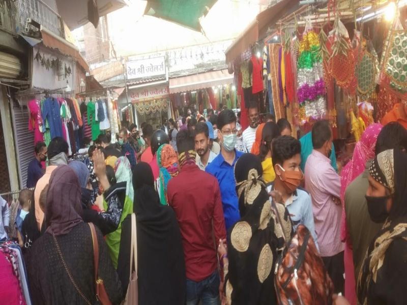 त्योहारों के बाद शादी-विवाह की खरीदारी से बढ़ी बाजारों में भीड़