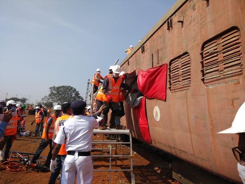 Raipur News : रेल दुर्घटना से बचाव करने रेलवे का संयुक्त अभ्यास, कुलियों की मांग को लेकर DRM से मिले विधायक