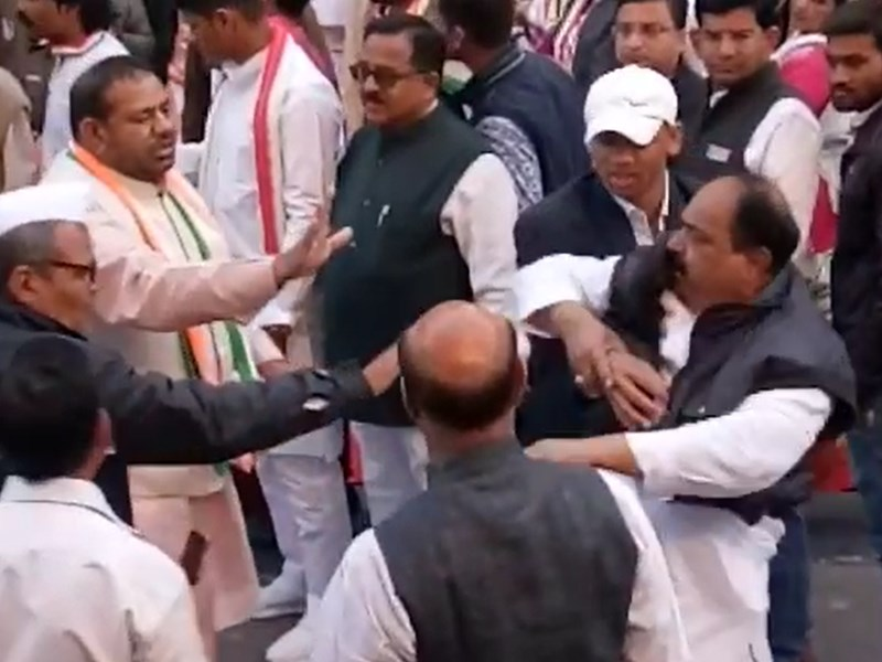 VIDEO : इंदौर में CM Kamal Nath के कांग्रेस कार्यालय आने से पहले नेताओं के बीच हाथापाई
