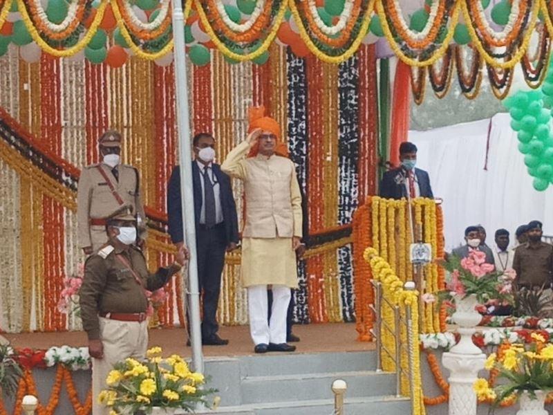MP Republic Day 2021: सीएम शिवराज सिंह चौहान ने रीवा में फहराया तिरंगा