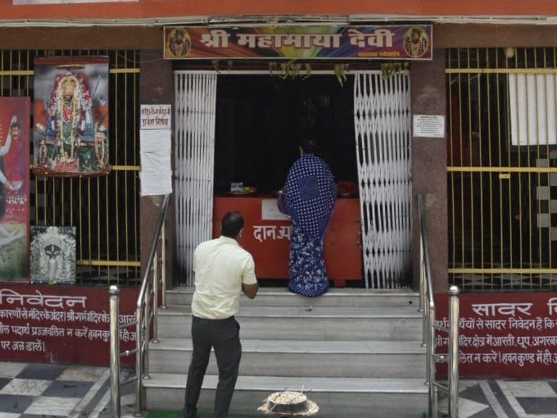 Unlock Raipur: 78 दिन बाद भक्तों को मिला धार्मिक स्थलों में प्रवेश, द्वार पर कर रहे सैनिटाइज