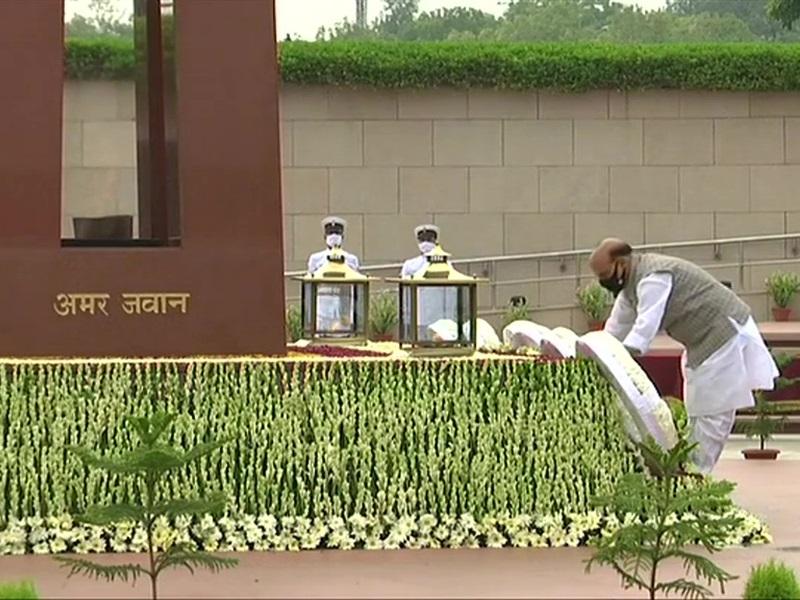Kargil Vijay Diwas 2021: शहीदों को याद कर रहा देश, राजनाथ सिंह ने वॉर मेमोरियल पहुंचकर दी श्रद्धांजलि
