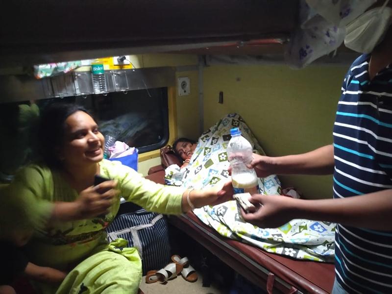 Raipur Railway Help News: बच्चे को गर्म दूध पिलाने प्लेटफार्म पर भटक रही महिला को रेलवे स्टाफ ने ट्रेन की सीट पर पहुंचाया दूध