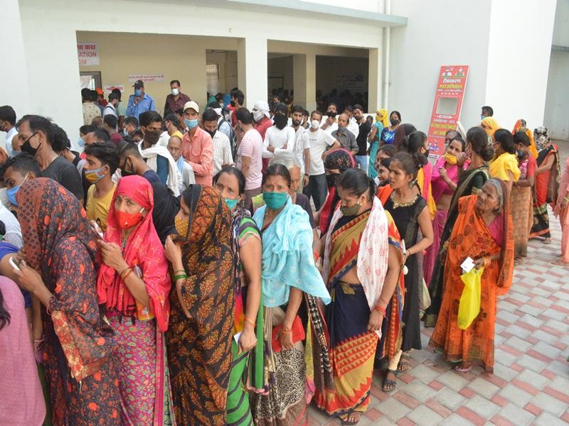 Gwalior Vaccination News: टीकाकरण केंद्राें पर भीड़ , दूसरा डोज लगवाने वाले पहुंचे