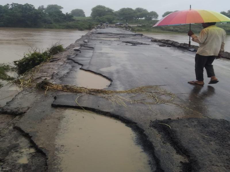 Heavy Rain in Vidisha: कम हुआ नदी का उफान, क्षतिग्रस्त पुल से निकलने लगे वाहन