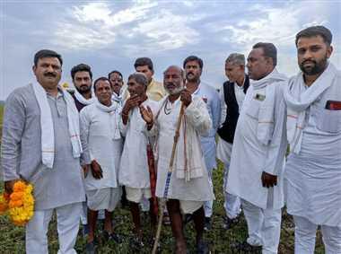 विधायक ने ग्रामीणों की समस्याएं सुनकर दिया आश्वासन