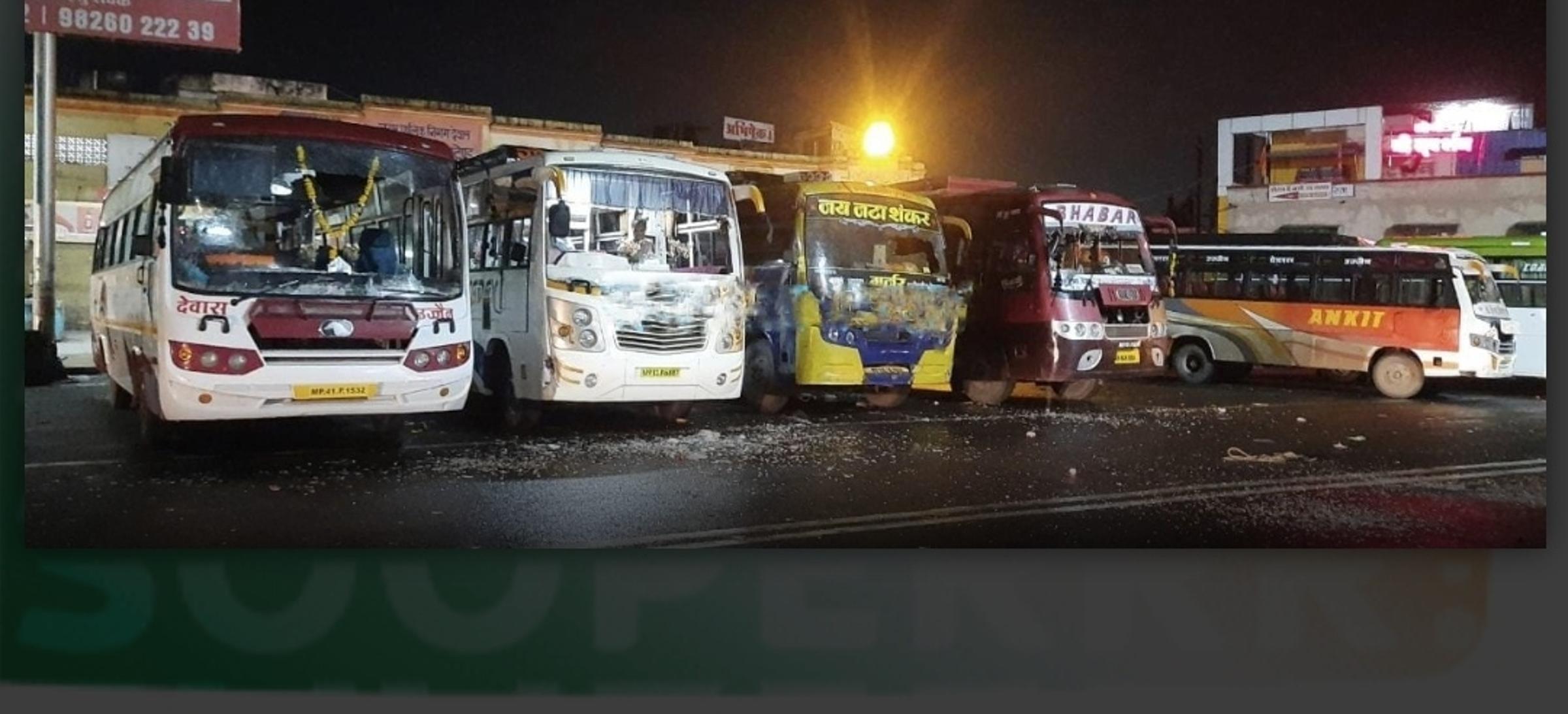 किराया मांगने पर विवाद, स्टैंड पर खड़ी बसों के कांच फोड़े