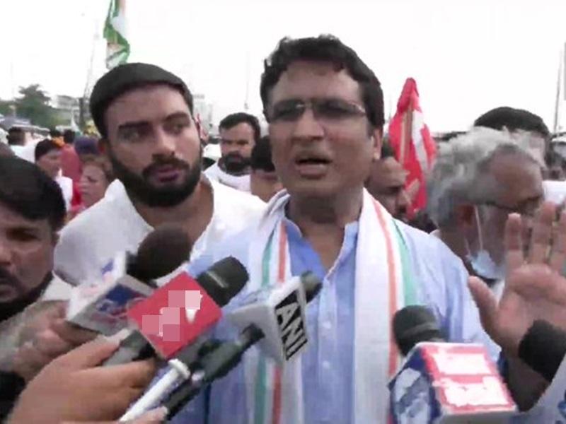 LIVE Bharat Band: भारत बंद के दौरान किसानों के बीच पहुंचे कांग्रेस नेता, उल्टे पांव लौटाया, देखिए वीडियो