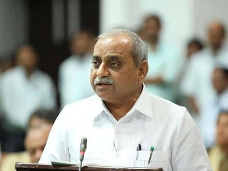 Gujarat के उप मुख्यमंत्री Nitin Patel पर चुनावी सभा में फेंकी चप्पल