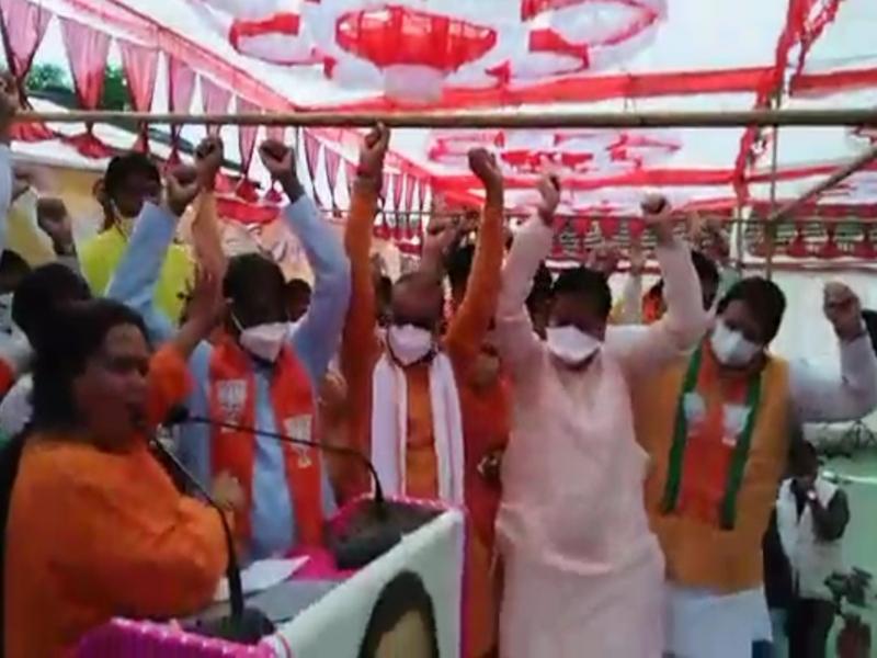 Raisen News: उमा भारती ने वर्तमान प्रत्याशी और पूर्व प्रतिद्वंद्वी को एक मंच पर खड़ा किया
