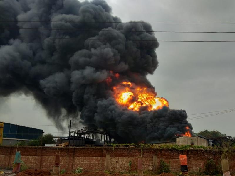 Breaking News : भिलाई के औद्योगिक क्षेत्र की कंपनी में लगी भीषण आग, देखें फोटो