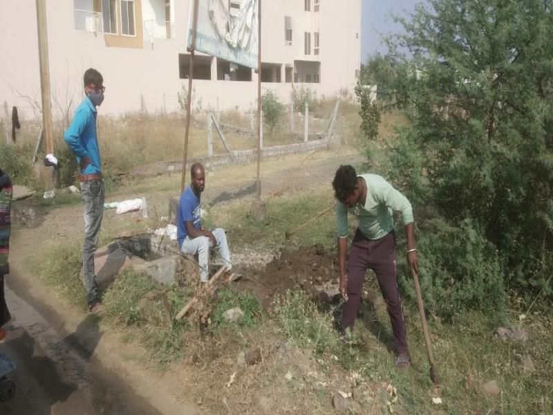 Bhopal News : बार-बार की शिकायत, तब जाकर पुलिस हाउसिंग कॉलोनी में सीवेज सुधारने पहुंचे नगर निगम के कर्मचारी