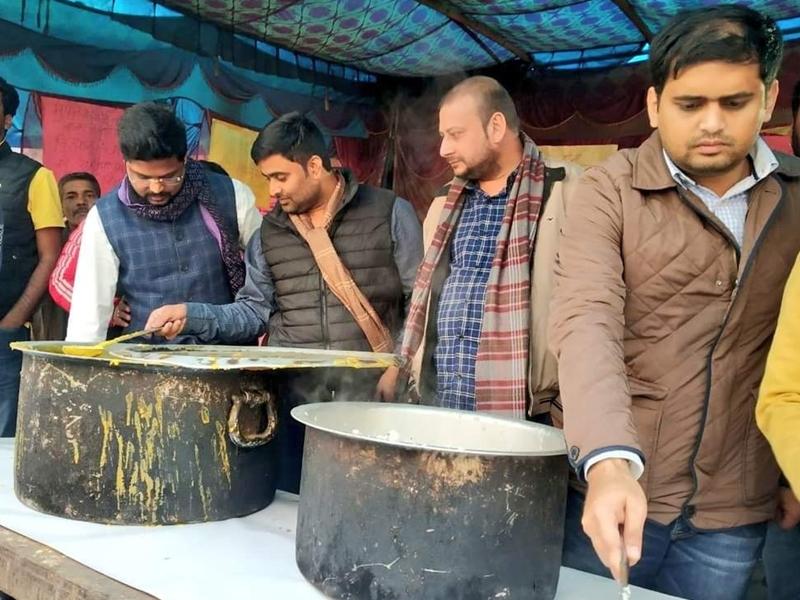 Farmers Protest: टिकरी बार्ड जाकर किसानों को सौंपा 10 लाख का सामान