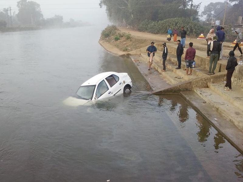 Itarsi Car Accident: 3 बार पलटने के बाद नहर में डूबी कार, ऐसे बची युवक की जान