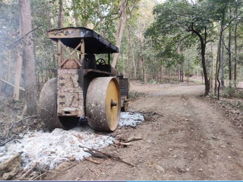 Crime News: सड़क निर्माण में लगे चार वाहनों को नक्सलियों ने किया आग के हवाले
