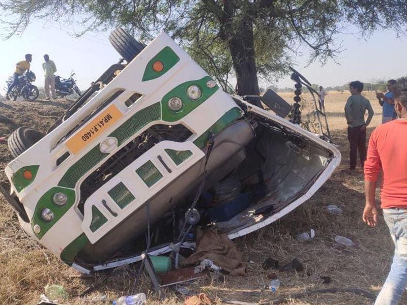 Dewas Bus Accident: देवास जिले में बारातियों से भरी बस पलटी, 2 की मौत, 40 घायल