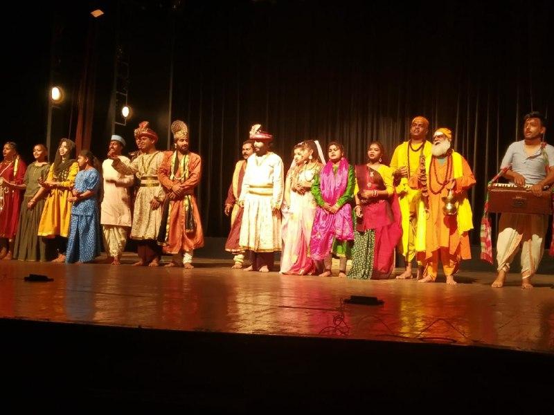 Bhopal Arts News: भोपाल के रवींद्र भवन में भारतेंदु हरिश्चंद्र लिखित नाटक अंधेर नगरी का मंचन किया गया