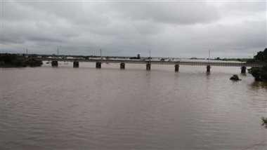 रेलवे पुल-पटरी को बचाने बहा रहे मोहनपुरा डैम का पानी