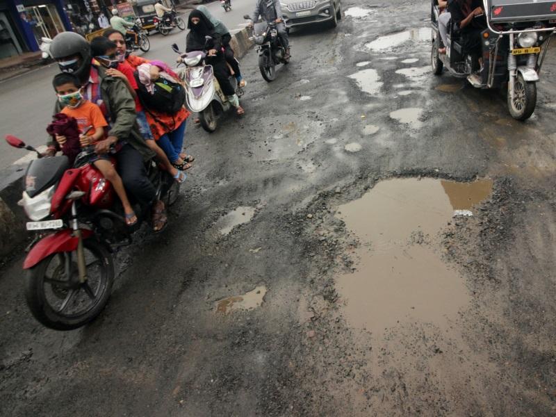 Bhopal News: बारिश के कारण गड्ढों में तब्दील हुई सड़कें, एक फीट तक गहरे गड्ढे दे रहे हादसों को निमंत्रण