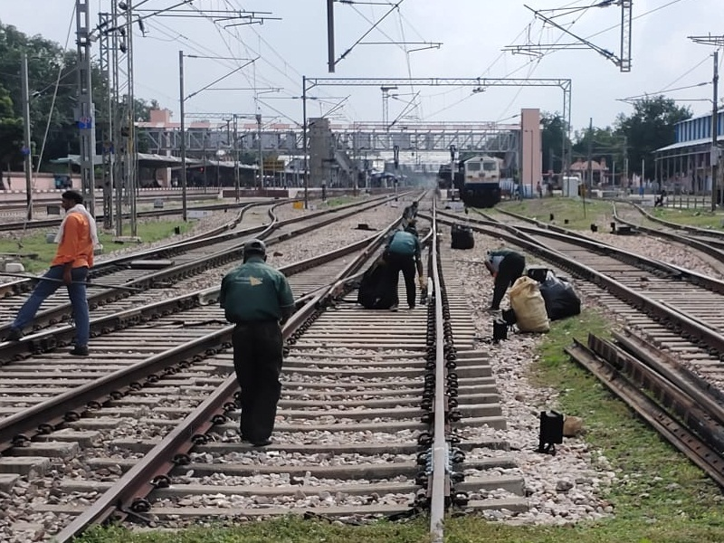 Jabalpur Railway News: स्टेशन पर ट्रेन रुकते ही रेलवे ने साफ कराए टायलेट