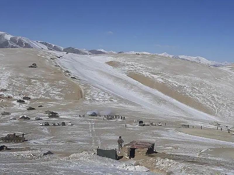 India China Border News: चीन ने LAC पर बनाए सैन्य ठिकाने, महज 1KM दूर हैं 50,000 भारतीय सैनिक