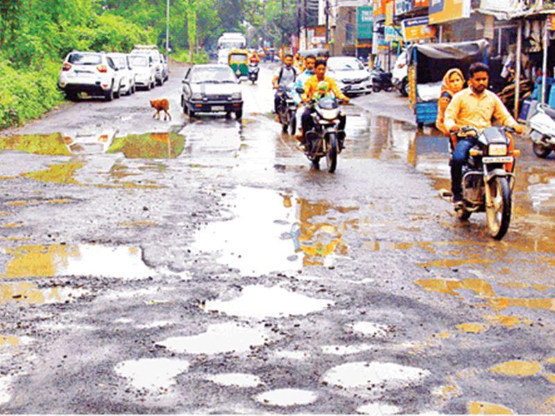 Pothole on Roads in Indore: जानलेवा गड्ढे बन गए इंदौर की पहचान, अफसर बन रहे अनजान