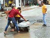 इंदौर में कागजों पर सड़कों की मरम्मत, जान देकर जनता चुका रही कीमत