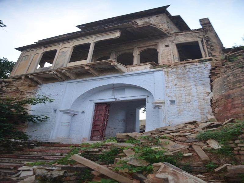 Gwalior News: मंदिर का मुख्य द्वार हुआ छतिग्रस्त, भक्तों की जान खतरे में