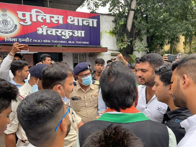 Video इंदौर में सड़कों की बदहाली से खड़वा रोड़ पर हुई छात्रा की मौत के विरोध में यूथ कांग्रेस ने किया प्रदर्शन