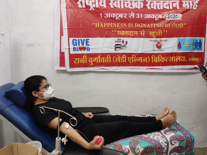 जबलपुर में युवाओं ने दशहरे पर रक्तदान कर दिया सेवा का संदेश