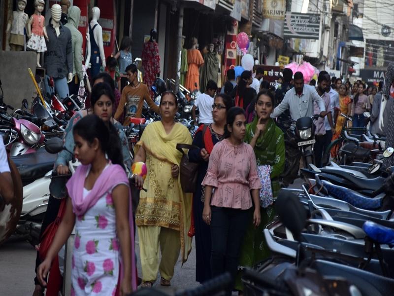 Raipur News: शहर रायपुर की सड़कों के किनारे वाहनों की कतार, अव्यवस्था के लिए यह हैं जिम्मेदार