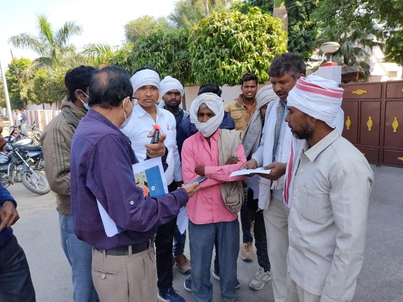 मुरैना में खरीद केन्द्रों पर वारदाना खत्म, पांच दिन से मंडी में खड़े किसानों ने घेरा कलेक्टर बंगला