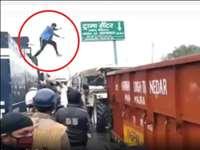 Kisan Protest : किसानों के प्रदर्शन के दौरान  Water Canon को रोकते प्रदर्शनकारी की तस्वीर वायरल