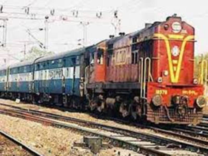 Gwalior Railway news: झांसी बांद्रा साप्ताहिक एक्सप्रेस व बरौनी को मिली हरीझण्डी