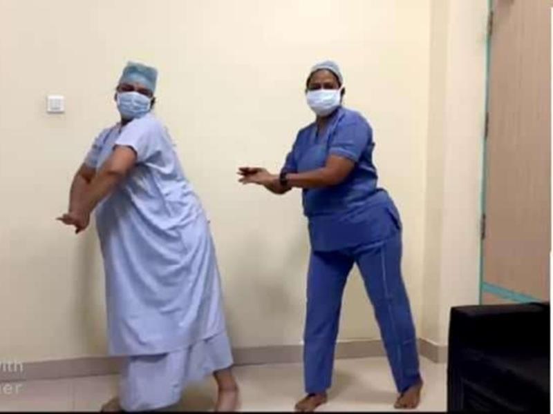 Video Story: प्रसव से 10 मिनट पहले गर्भवती महिला ने डाक्टर के साथ आपरेशन थियेटर में किया डांस, देखें वीडियो