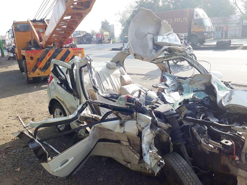 महू के करीब मानपुर में खड़े डंपर से टकराई कार, दो लोगों की मौत