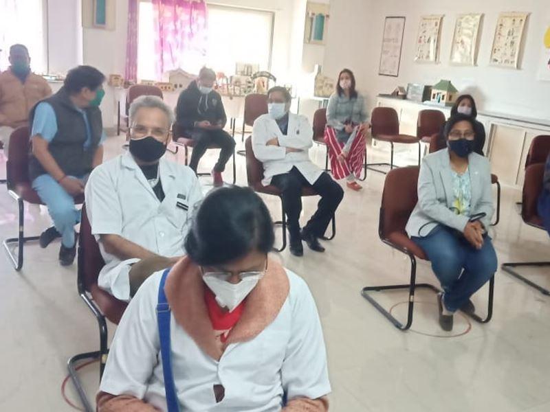 Vaccination in Dewas: देवास में 3 दिन में हेल्थ वर्करों का टीकाकरण पूरा करने का टारगेट