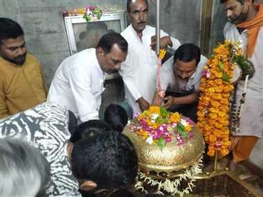 ओंकारेश्वर मंदिर में कांग्रेसी कार्यकर्ताओं ने की विशेष पूजा