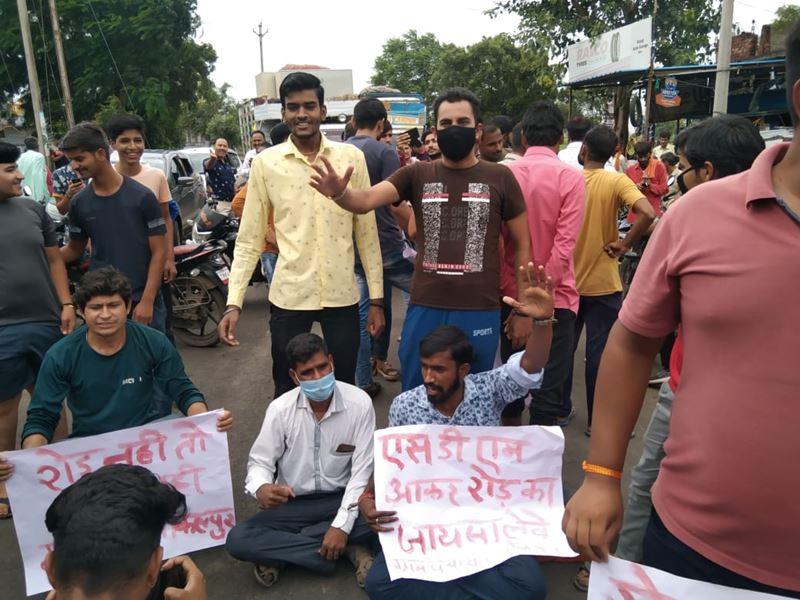 Depalpur News: जर्जर सड़क को लेकर ग्रामीणों ने किया चक्काजाम
